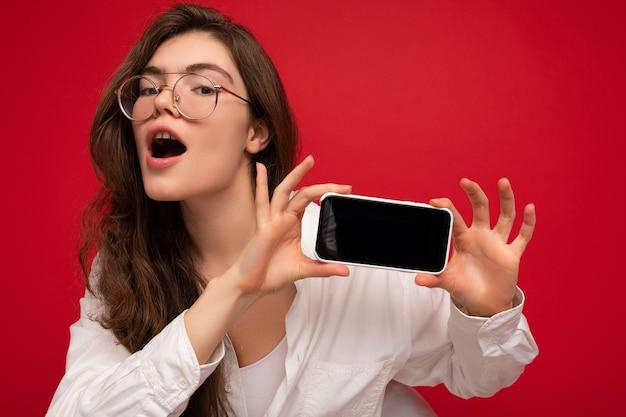 Sexy piękna młoda kobieta brunetka na sobie białą koszulę i okulary optyczne