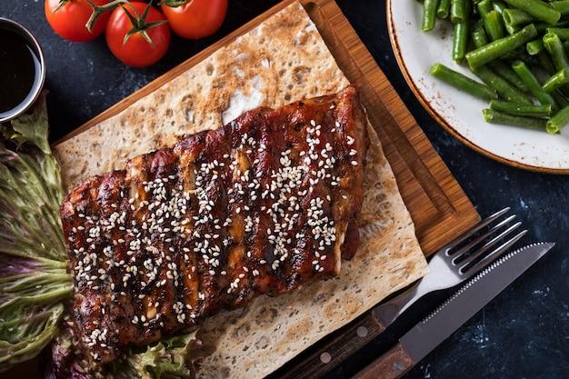 Sezam pieczone żeberka wieprzowe. pikantne żeberka z grilla. widok z góry