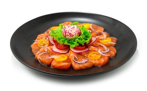 Sezamowa sałatka z łososia i sos z czarnego pieprzu japoński styl żywności z bocznym widokiem warzyw