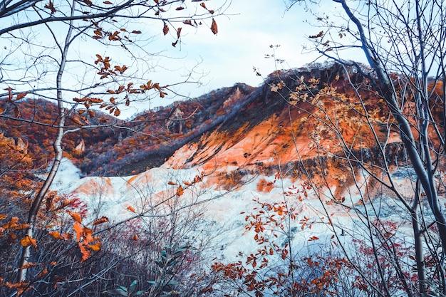 Sezon jesień przy wulkanem noboribetsu w hokkaidu w japonii