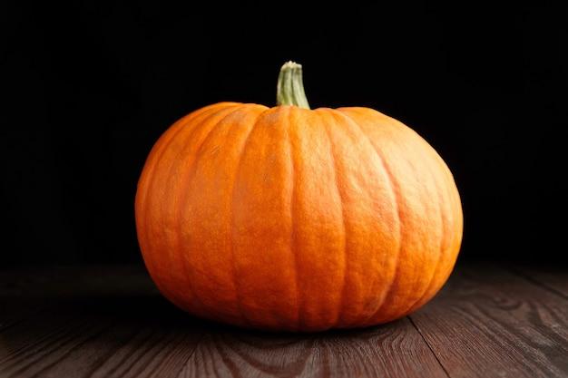 Sezon jesień świeża dynia na ciemnym tle drewniane na czarno