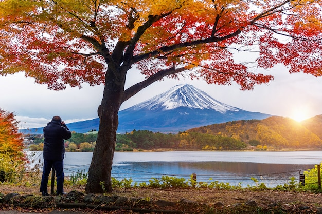 Sezon jesienny i góra fuji nad jeziorem kawaguchiko, japonia. fotograf robi zdjęcie w fuji mt.