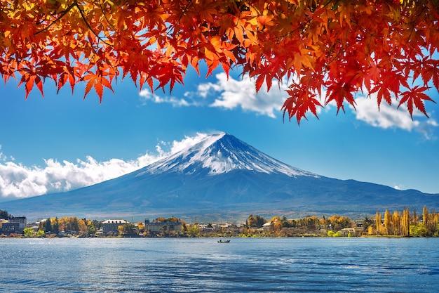Sezon jesienny i góra fuji nad jeziorem kawaguchiko, japonia.