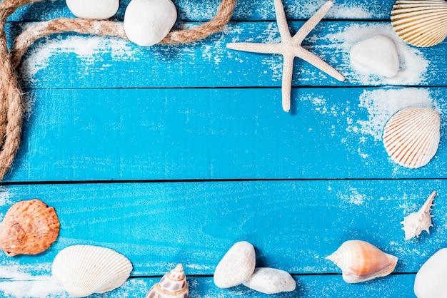 Sezon letni, plaża na drewnianej, płaskiej leżącej z kopią przestrzeni