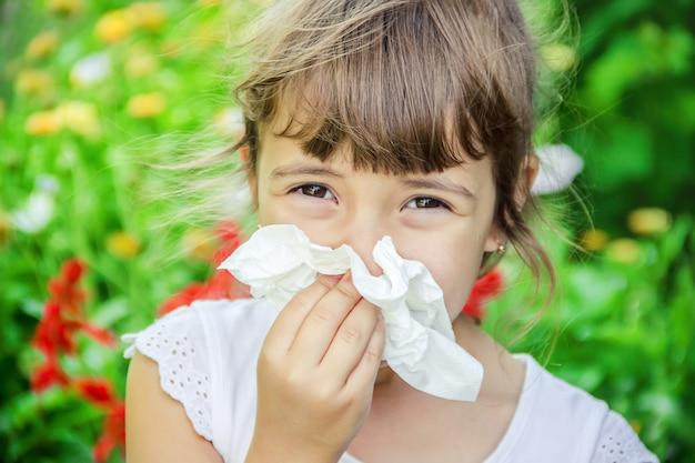 Sezonowa alergia u dziecka. katar. selektywna ostrość. natura.