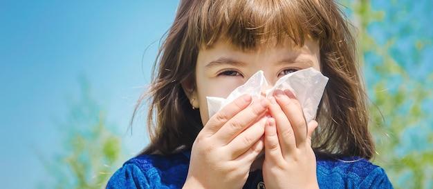 Sezonowa alergia u dziecka. katar. selektywne skupienie.