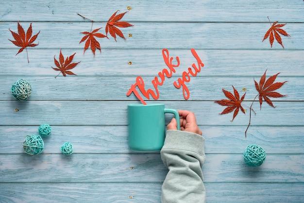 Sezonowa jesień płaska z jesiennymi dekoracjami na jasnoszarym postarzanym drewnie