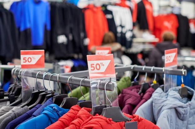 Sezonowa wyprzedaż 50% zniżki, świąteczne rabaty w centrum handlowym, czarny piątek. noworoczna wyprzedaż w europejskim centrum handlowym