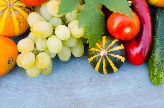 Sezonowe owoce i warzywa. jesienne zbiory.
