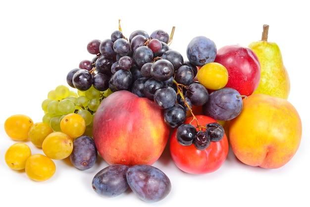 Sezonowe owoce, winogrona, śliwki, gruszki na białym tle