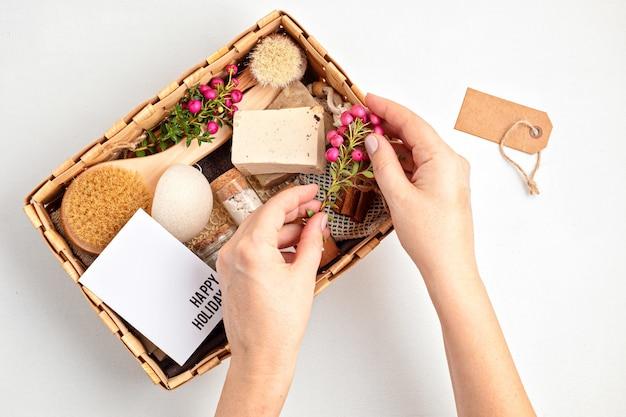 Sezonowe pudełko upominkowe z produktami kosmetycznymi zero waste