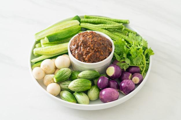 Sfermentowana ryba pasta chili ze świeżymi warzywami - zdrowa żywność