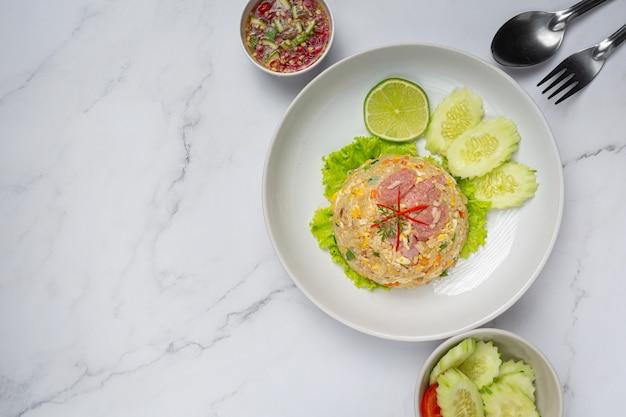 Sfermentowany ryż smażony z wieprzowiną podawany ze świeżym ogórkiem