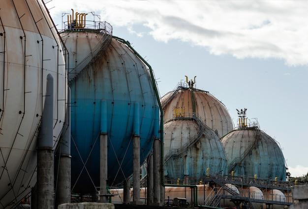 Sferyczny zbiornik gazu ziemnego w przemyśle petrochemicznym w świetle dziennym