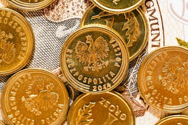 Sfotografowane z bliska polskie pieniądze - złoty, banknoty i monety