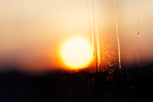 Sfotografowany szczegół niebo z chmurami o zachodzie słońca