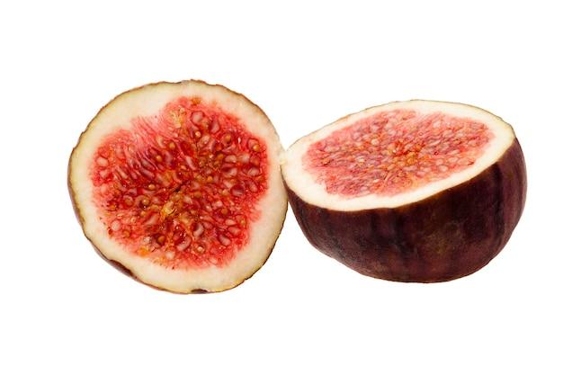 Sfotografowany zbliżenie czerwonych dojrzałych świeżych fig, podzielonych na dwie połówki