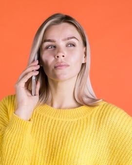 Sfrustowana kobieta opowiada na telefonie