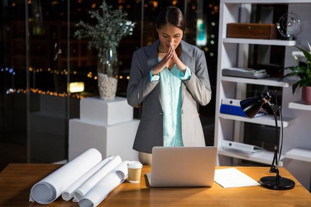 Sfrustowany bizneswoman pracuje w biurze