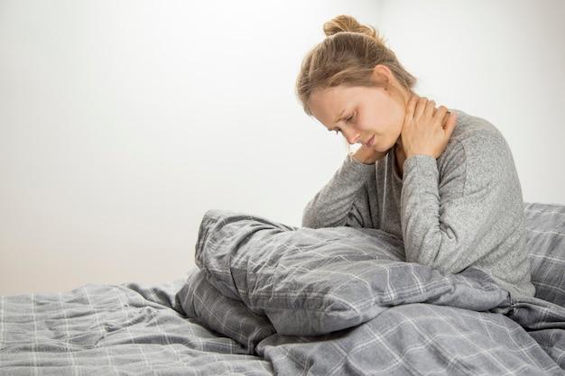Sfrustrowana dziewczyna czuje ból szyi