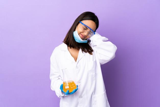 Sfrustrowana i zakrywająca uszy kobieta naukowiec badająca szczepionkę w celu wyleczenia choroby koronawirusowej