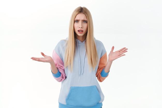 Sfrustrowana i zdezorientowana, kłócąca się blond kobieta, ma pytania, wyraża rozczarowanie