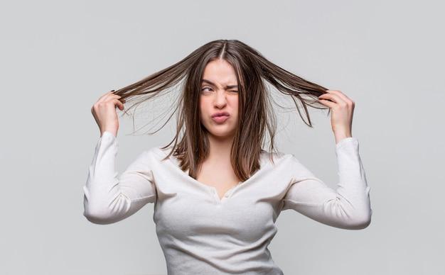 Sfrustrowana kobieta ma złe włosy