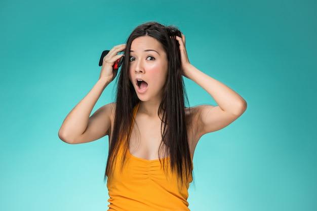Sfrustrowana młoda kobieta o złych włosach