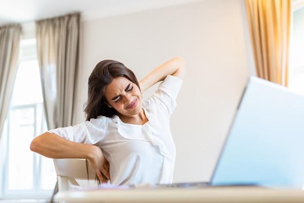 Sfrustrowana młoda kobieta pracująca w domu