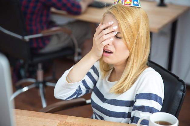 Sfrustrowana młoda kobieta w biurze