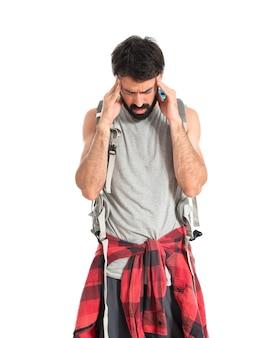 Sfrustrowany backpacker nad izolowanych bia? ym tle