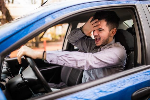 Sfrustrowany człowiek jazdy samochodem