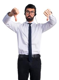 Sfrustrowany człowiek telemarketer