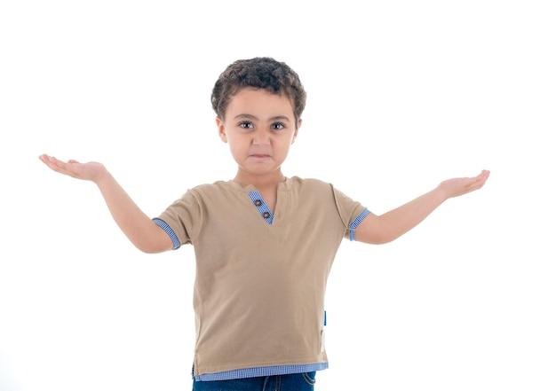 Sfrustrowany mały chłopiec z otwartymi ramionami