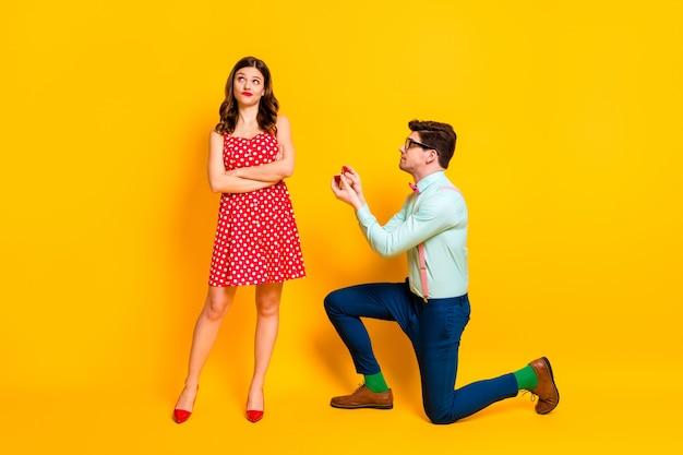 Sfrustrowany mężczyzna proponuje dać pierścionek dziewczyna krzyż ręce odrzucić