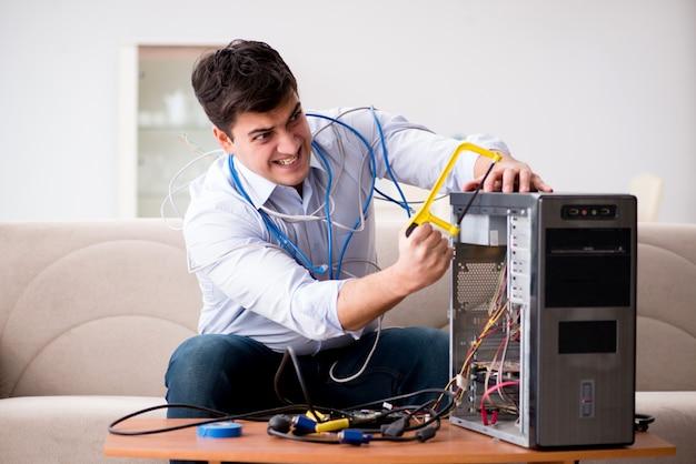Sfrustrowany mężczyzna ze złamanym komputerem