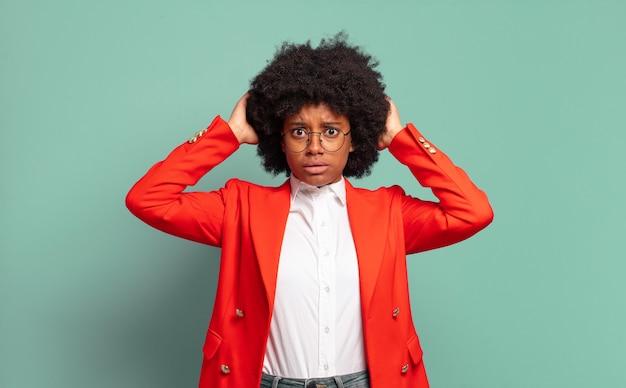 Sfrustrowany młody czarny bizneswoman