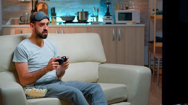 Sfrustrowany profesjonalny gracz przegrywający rywalizację w grach rozrywkowych