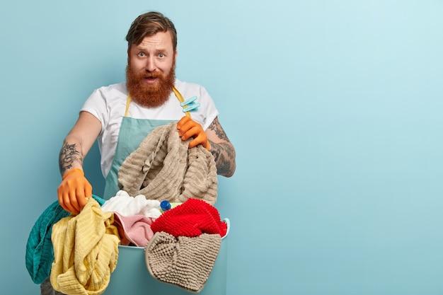 Sfrustrowany rudowłosy mężczyzna z modną fryzurą, gęstą brodą