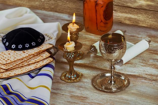Shabbat shalom - tradycyjny żydowski szabat chała i rytuał winny