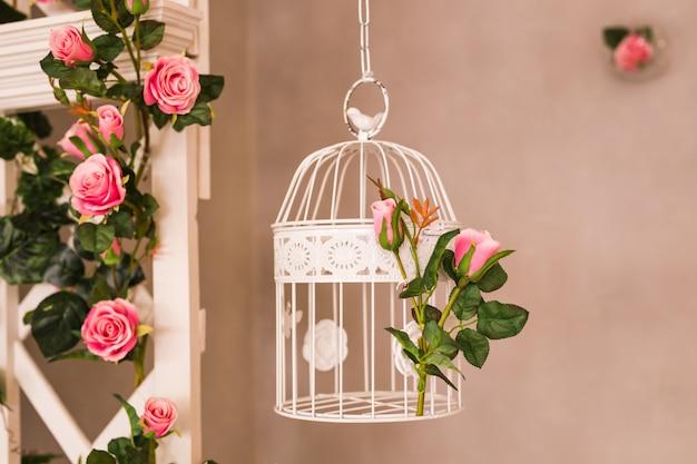 Shabby chic dekorowanie piękną, starodawną klatką dla ptaków i kwiatami