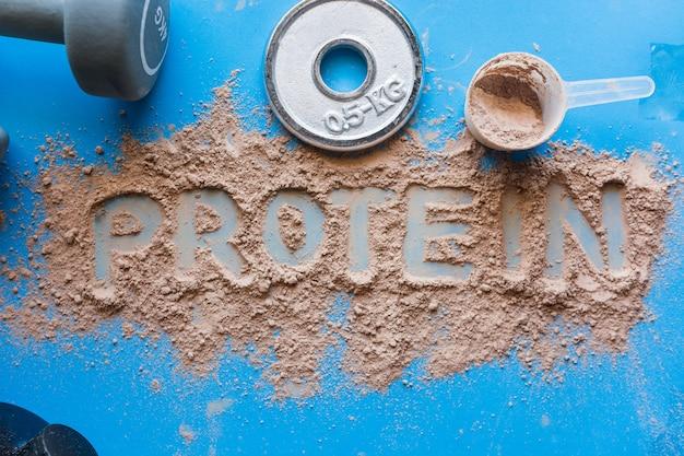 Shake białka serwatkowego o smaku czekoladowym.