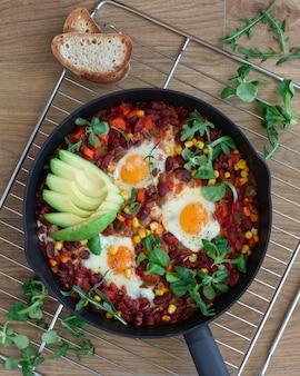 Shakshuka, jajka sadzone w sosie pomidorowym na brunch wielkanocny. h.