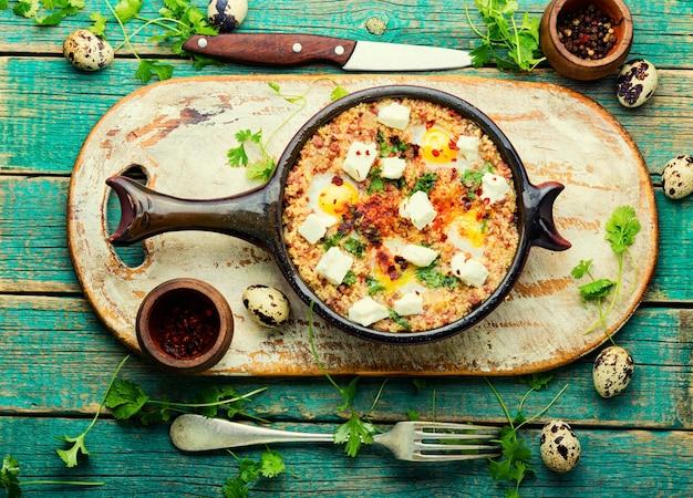Shakshuka, kuchnia izraelska, mix sosów pomidorowych, smażony z ostrą papryką, przyprawami, mięsem mielonym i jajkami.jajecznica