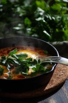 Shakshuka w żeliwnej patelni na śniadanie