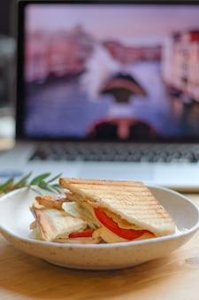 Shallow dof sandwich z laptopem na niewyraźne back