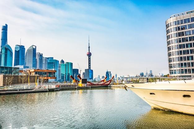 Shanghai, chiny - 25 marca: pudong dzielnicy widok z brzegu rzeki nabrzeża w dniu 25 marca 2016 w szanghaju w chinach. pudong to dzielnica szanghaju, położona na wschód od rzeki huangpu.