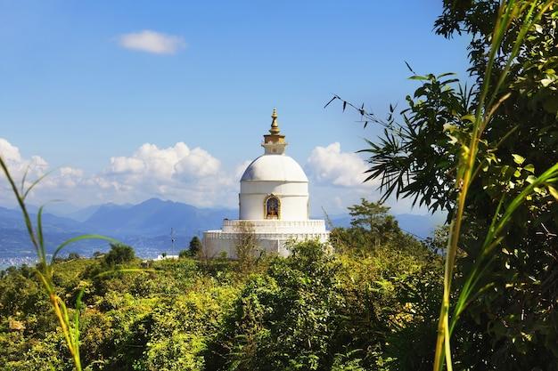 Shanti stupa (pagoda światowego pokoju). widok na dolinę pokhara, nepal