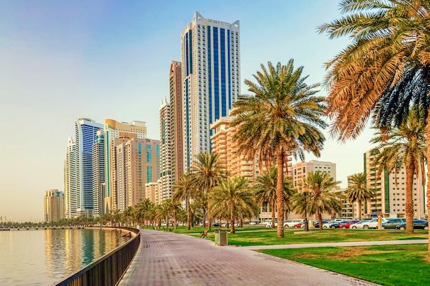 Sharjah. kulturalna stolica zea, nowoczesna metropolia miejska o świcie. witamy w dubaju.