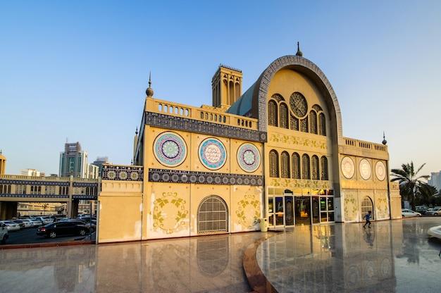 Sharjah, zjednoczone emiraty arabskie - 07 października, central souq w mieście sharjah, najpopularniejszy targ z biżuterią i pamiątkami. zdjęcie z 7 października 2016 r.